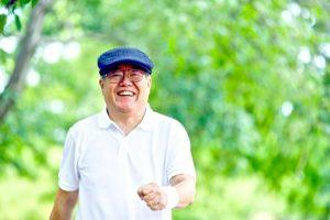 笑顔で運動をする男性